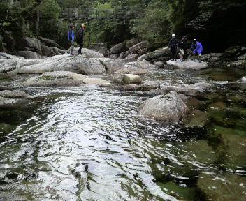 巨石と圧倒的な水の流れ