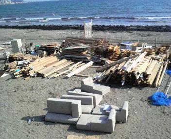 ゆいがはま海の家解体中(2)